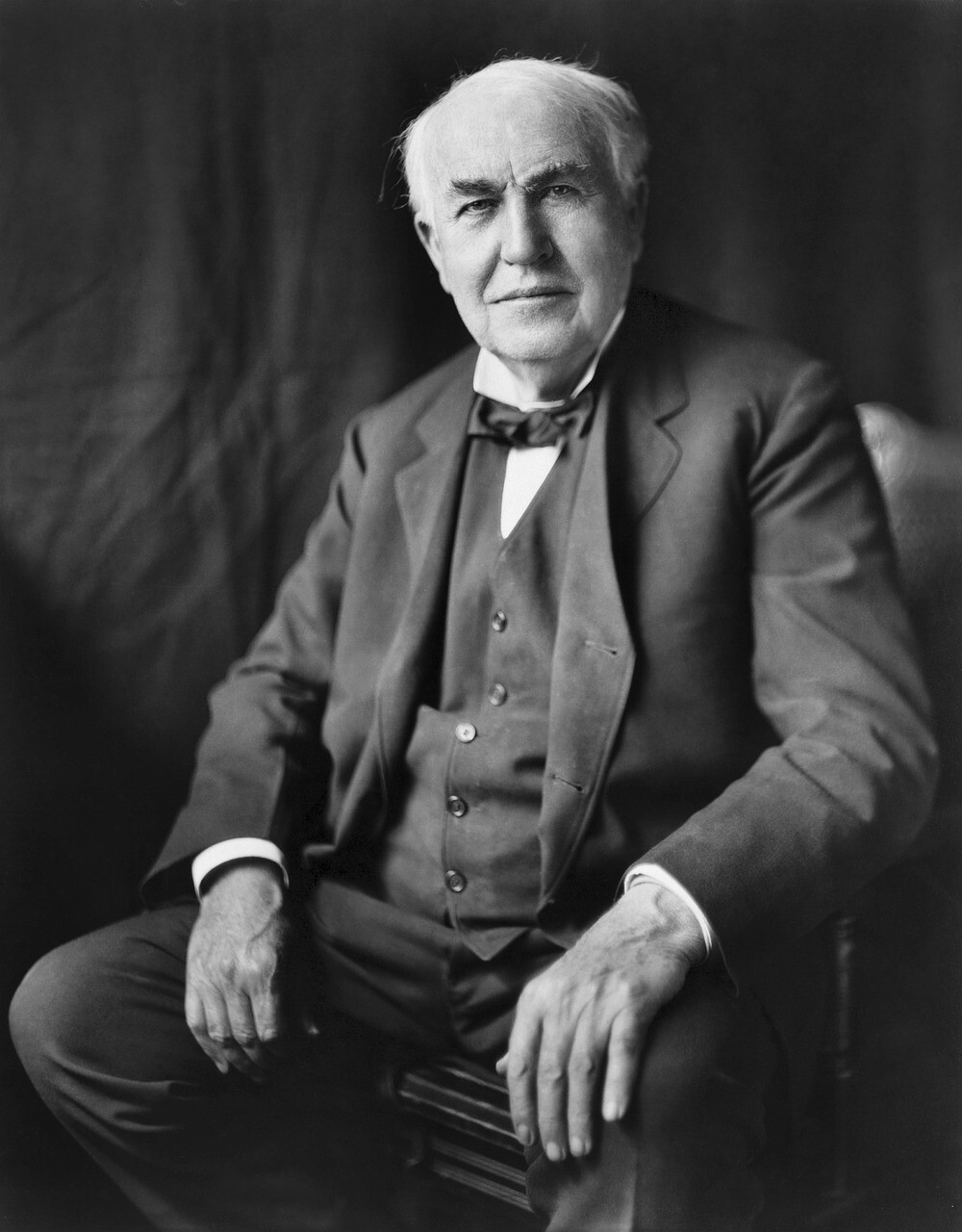 A picture of an elderly Thomas Edison posing for a photograph.